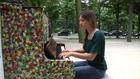 Marie Reno au piano voix, jardin du Ranelagh pour Play Me I'm Yours